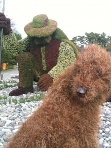 モザイカルチャー「木を植えた男」とイヌ