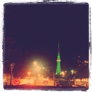 ライティングで緑に染められた名古屋テレビ塔