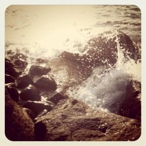 岩に当たる波