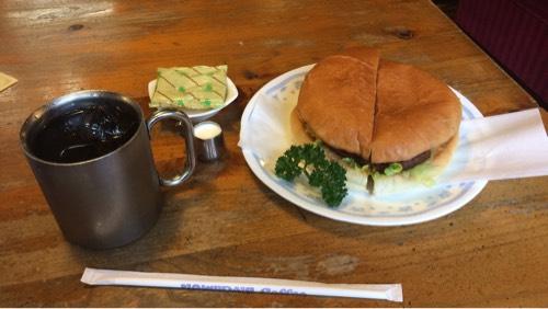 コメダ珈琲店のアイスコーヒーとハンバーガー