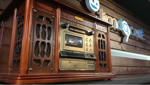 マイカフェ錦店にあった、古めかしいデザインのCDラジカセ
