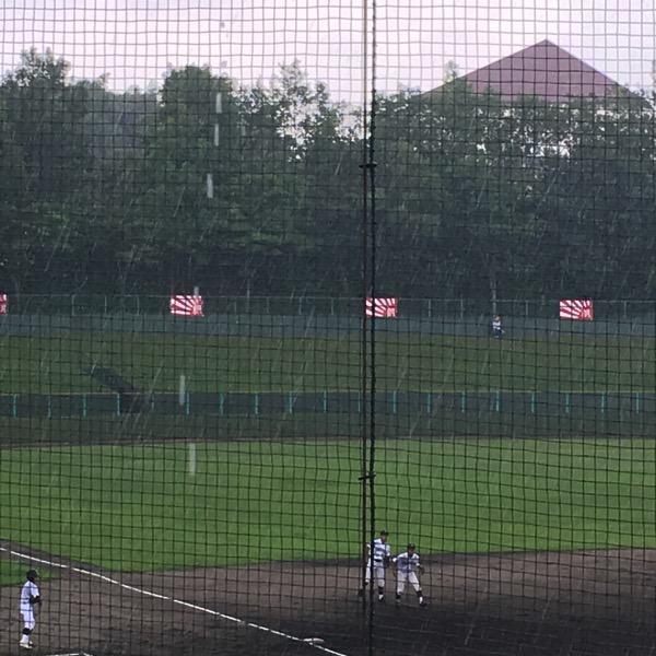 試合開始前に雨が降る阿久比球場