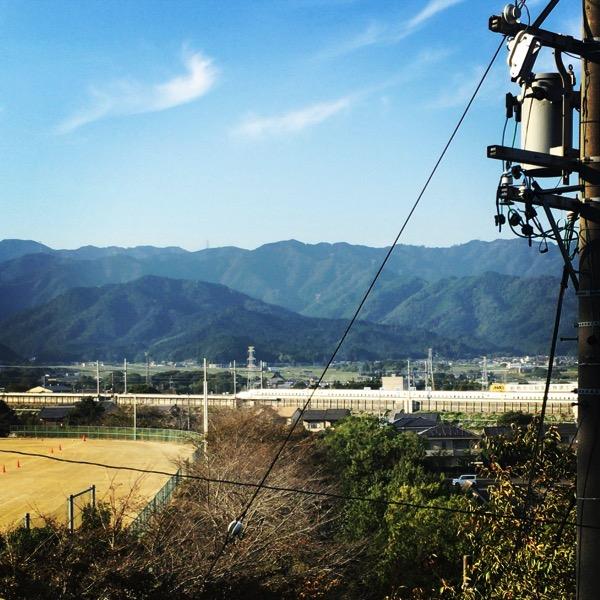 朝倉運動公園から新幹線の線路をみる