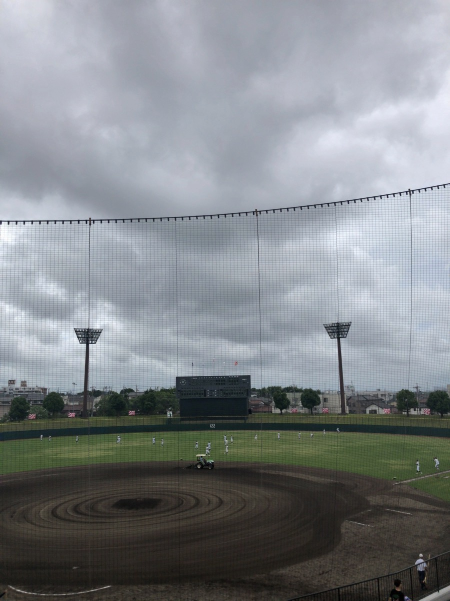 厚い雲が垂れ込めている刈谷球場